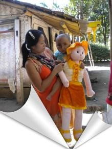 dik fika bersama ibu dan boneka pemberian sahabat blogger