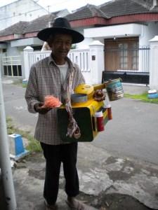 penjual arbanas setia dengan tugasnya