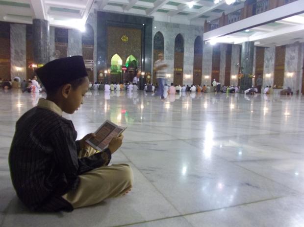 iftah juga baru pertama kali ke masjid agung .... dia bahagia bisa sholat dan bermain di sini